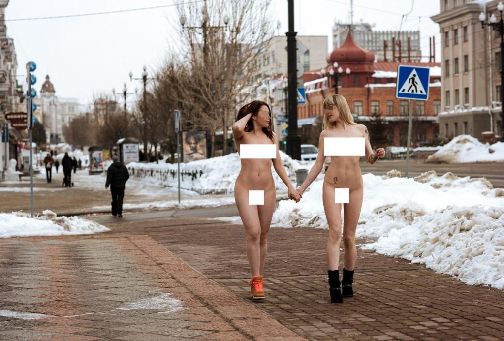 Фото голые девочки на улице 2 фотография