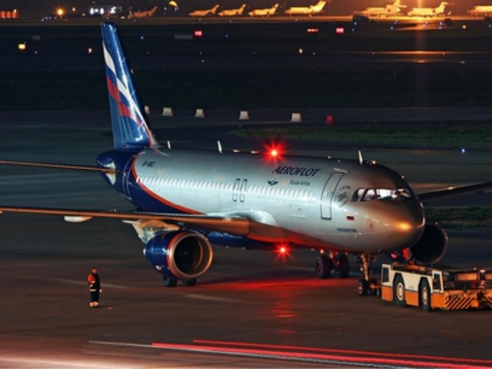 Рейс «Москва – Новокузнецк» задержался из-за дебошира, чуть не попавшего в воронку двигателя