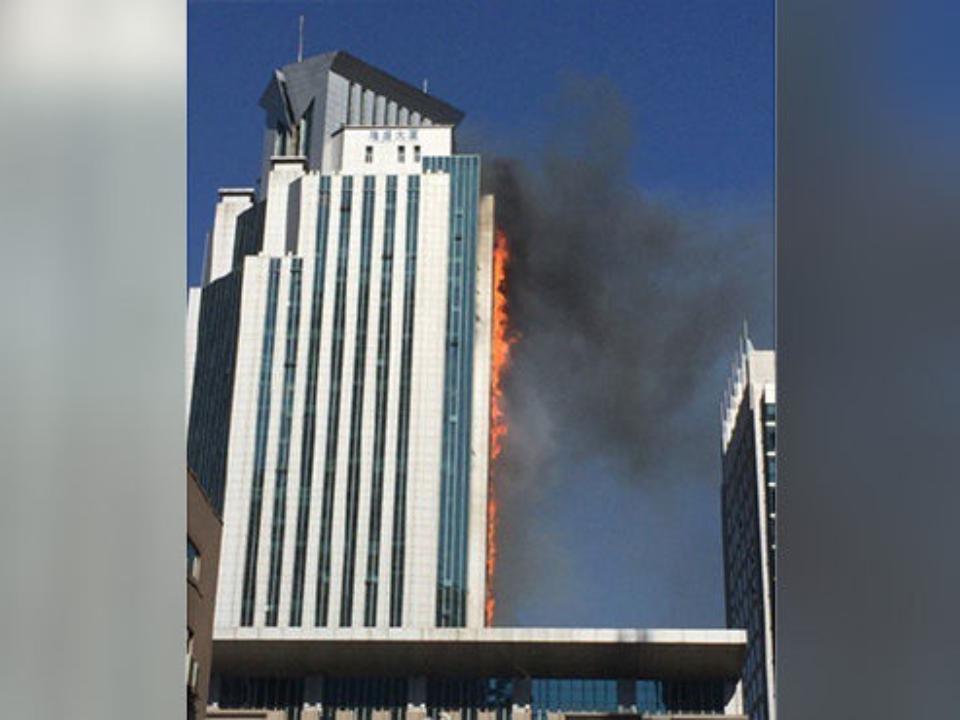 Вкитайском небоскребе вспыхнул пожар