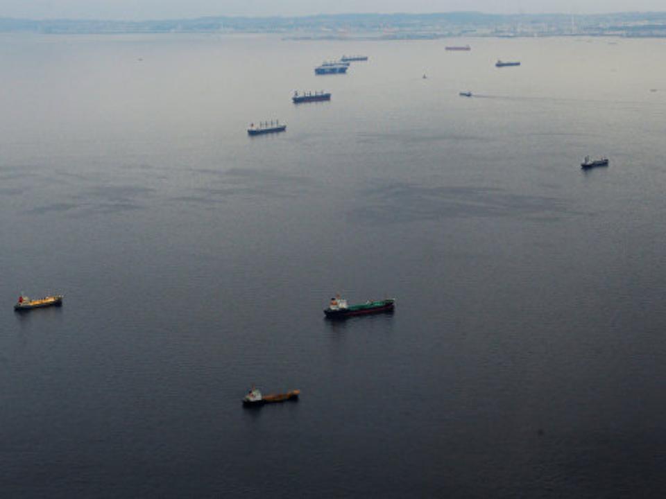 ВТокийском заливе в итоге столкновения 2-х танкеров произошла утечка топлива