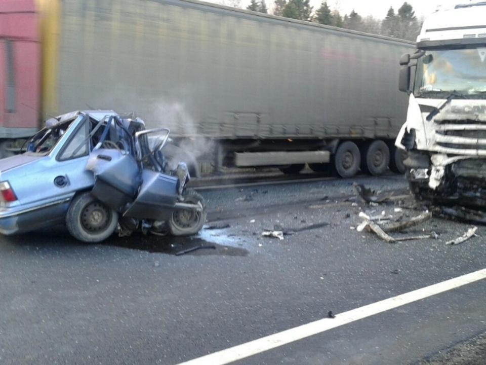 Натрассе Тюмень-Омск шофёр Дэу умер, влетев в фургон