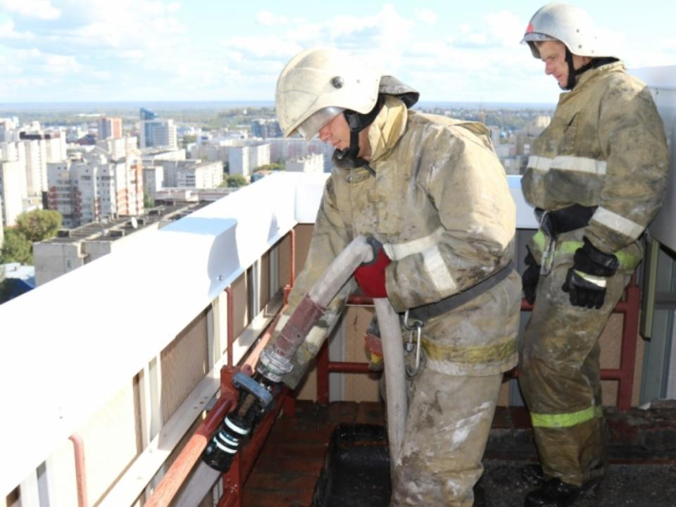 Трудный пожар в16-этажной высотке тушили вБарнауле