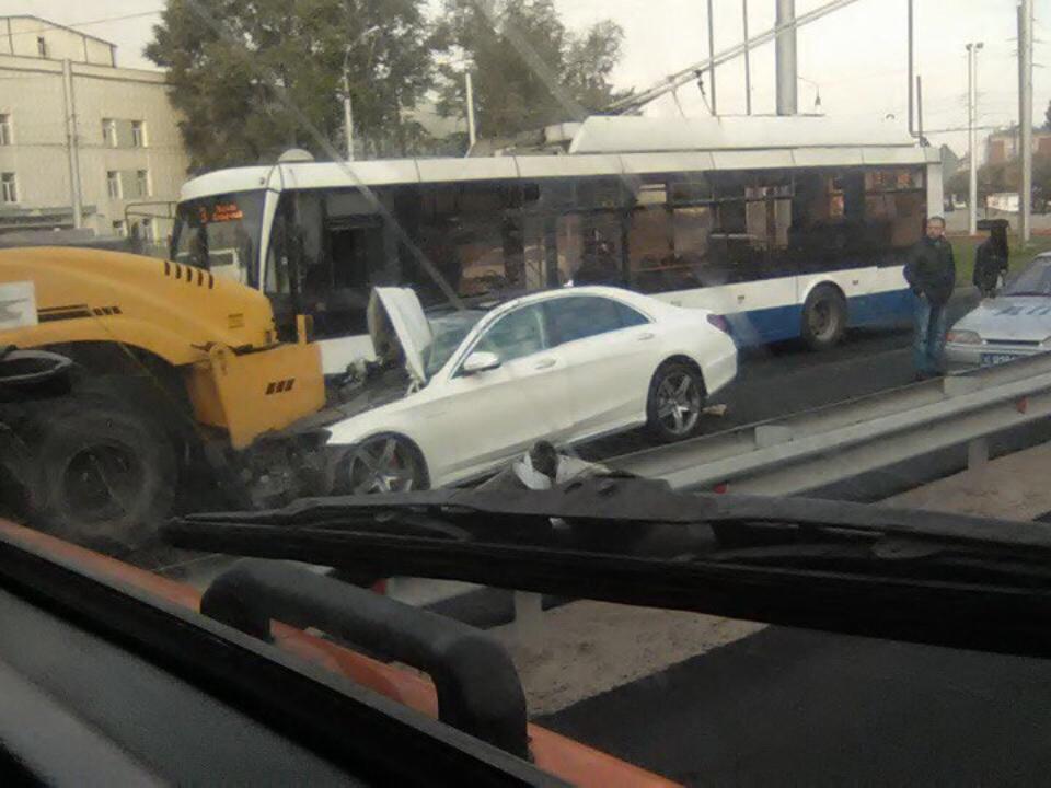 Mercedes врезался вдорожный каток наулице Байкальская