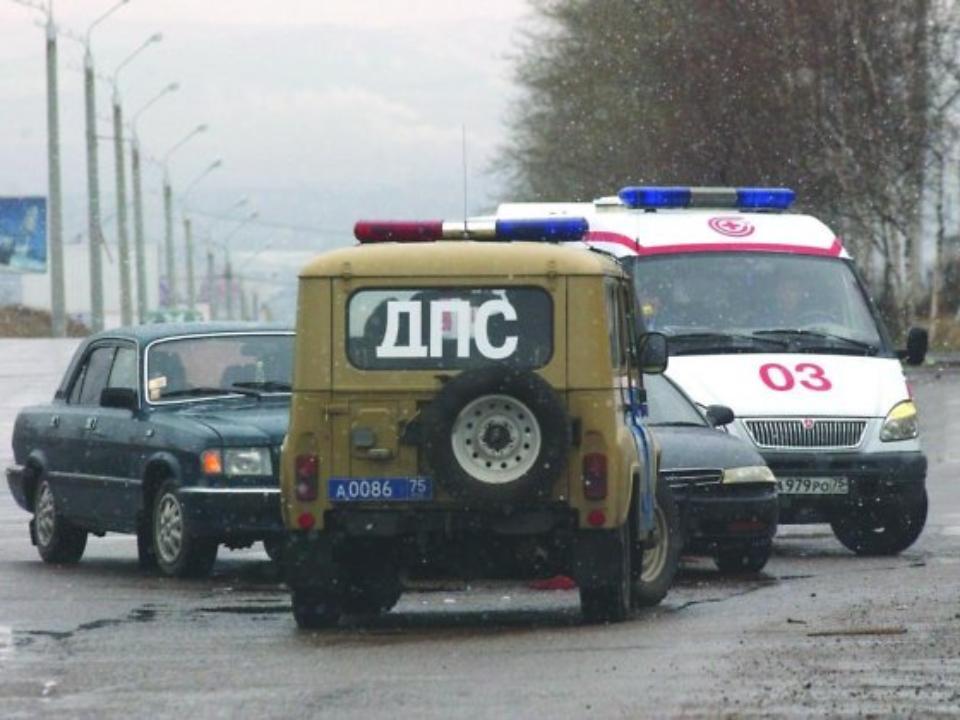 ВКузбассе Ниссан сбил мужчину сребёнком наруках