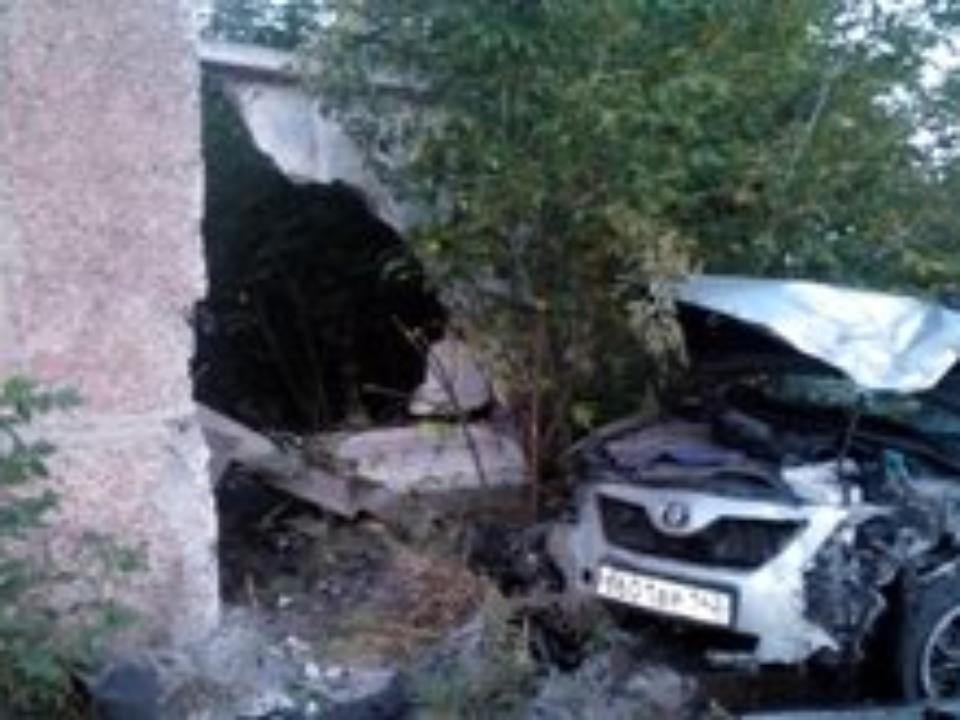 ВБарнауле шофёр Тоёта Camry убегал отДПС иврезался встену