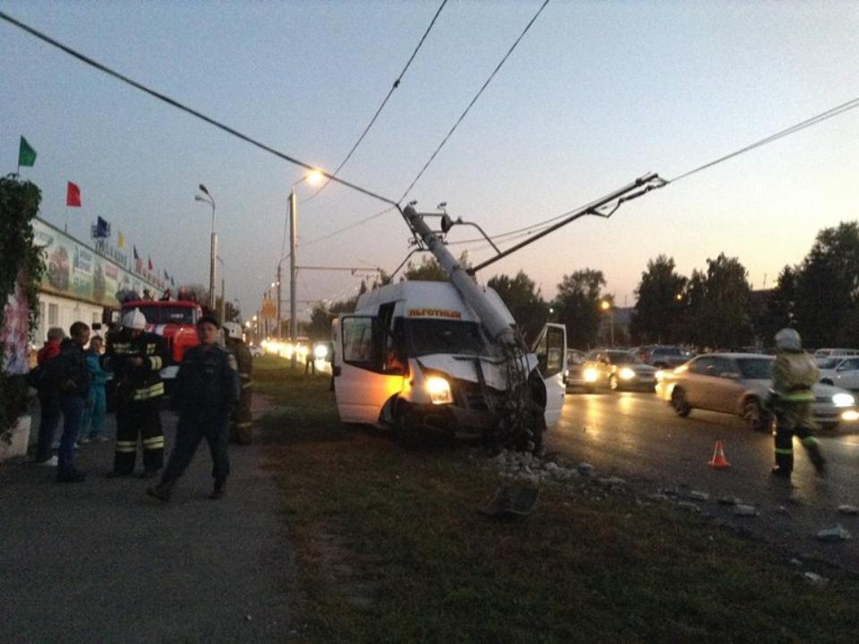 ВОмске пассажирская маршрутка №362 снесла столб ЛЭП