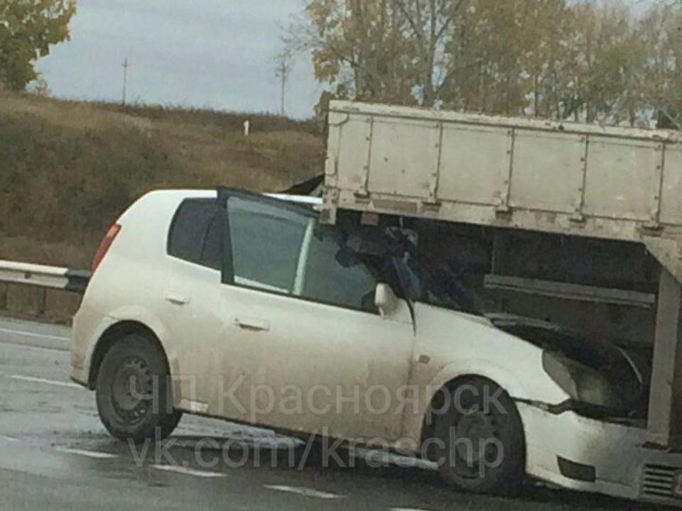 «Тойота» въехала под попутный грузовой автомобиль натрассе: водителя вытаскивали cотрудники экстренных служб