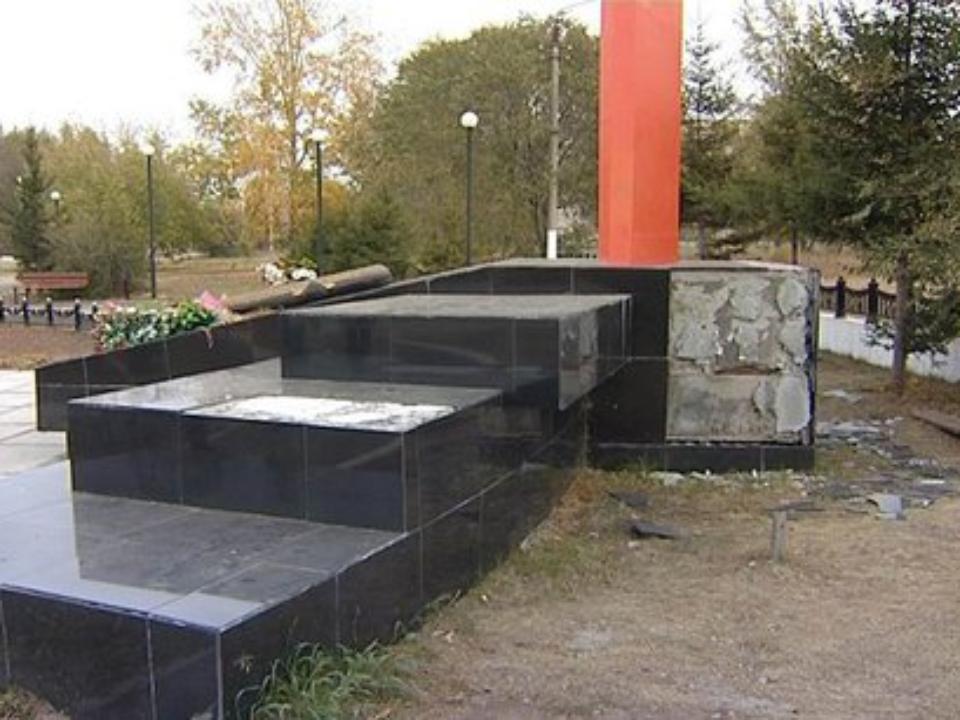 ВБратске сотремонтированного мемориала героям войны отвалилась плитка