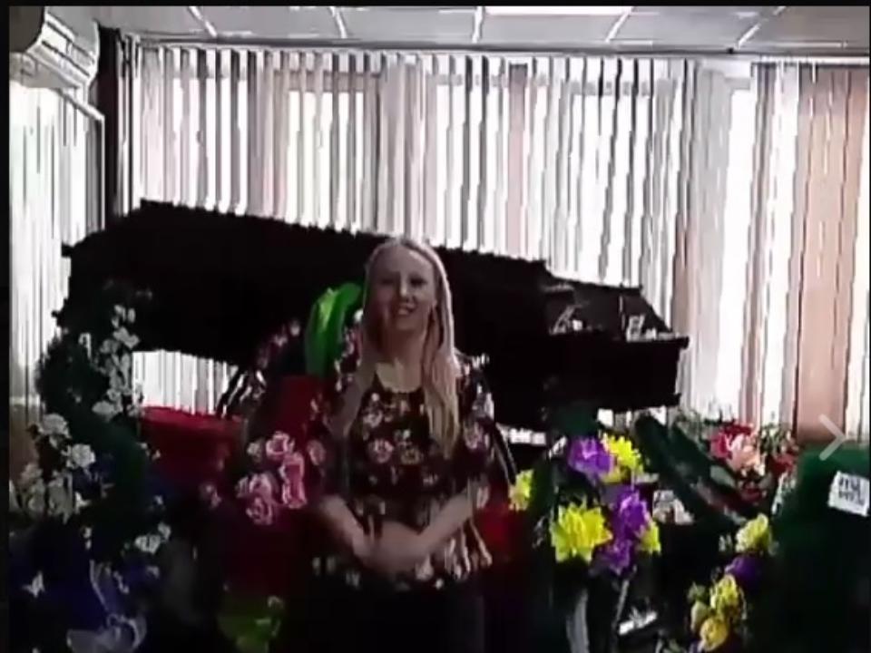 Иркутский депутат шокировала видео, накотором она качает ягодицы нафоне гробов