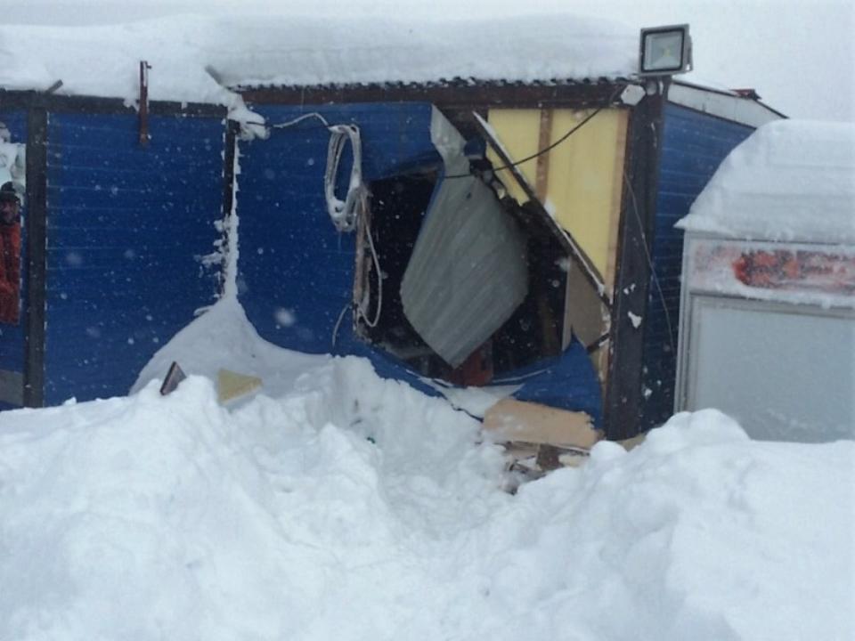 ВШерегеше снегоход врезался впост охраны набешеной скорости