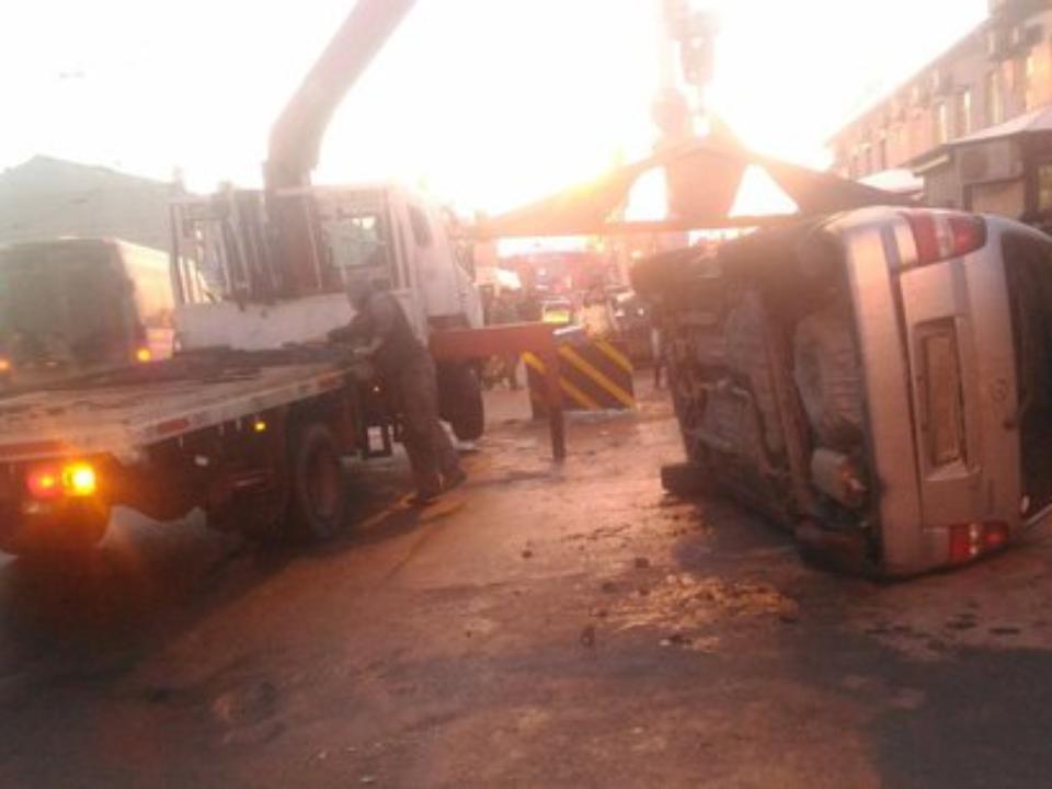 Вцентре Иркутска сэвакуатора упал автомобиль