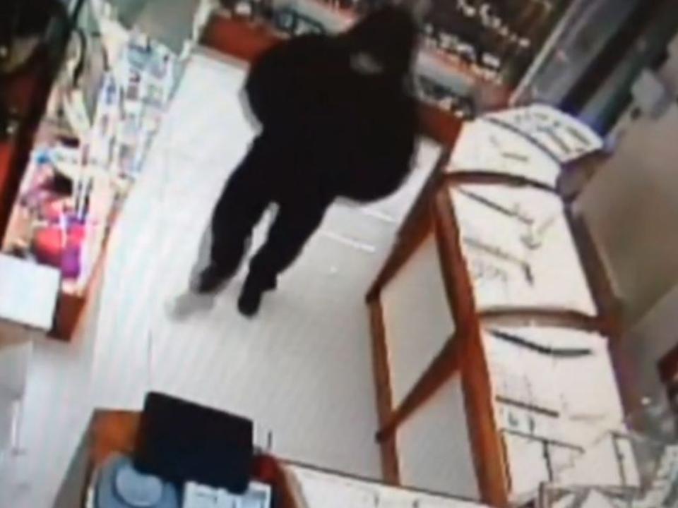 ВИркутске вооруженный мужчина в врачебной маске ограбил ювелирный салон