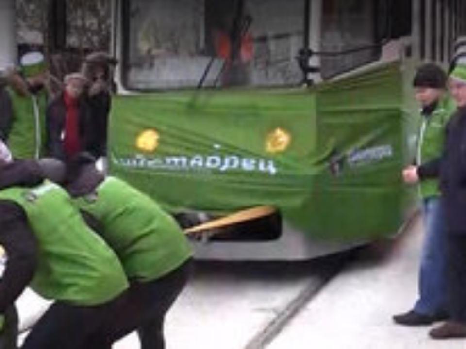 Иркутская спортсменка установила рекорд, вручную сдвинув два трамвайных вагона