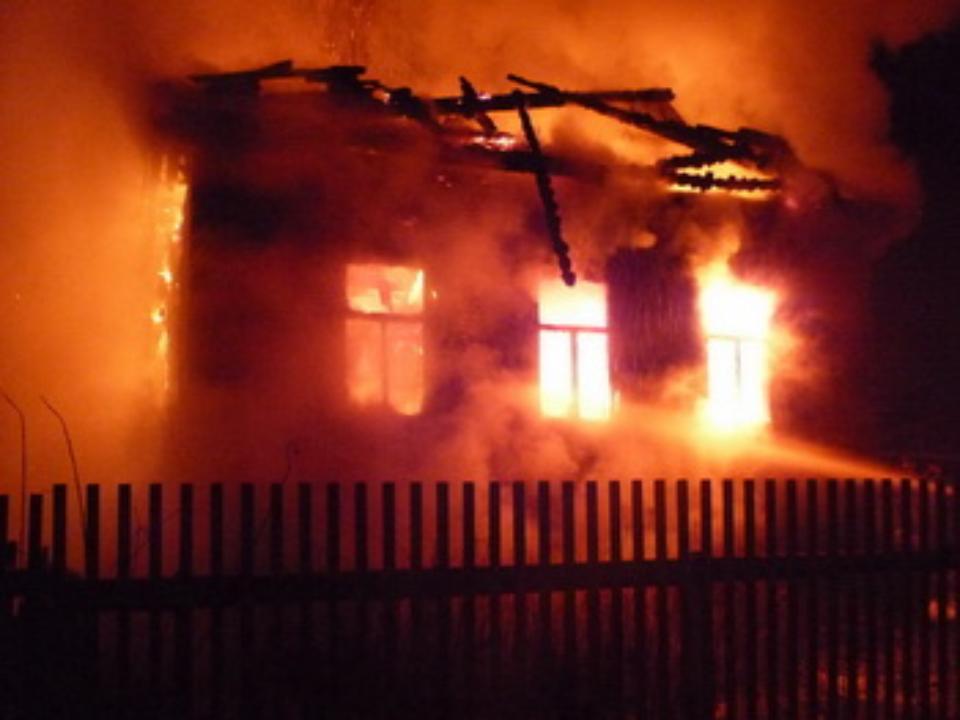 Троих мужчин спасли пожарные, вытащив изгорящего дома вТулуне