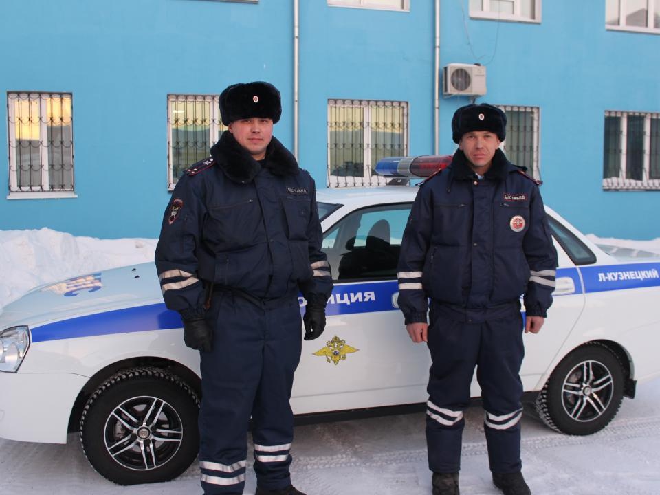 ВКузбассе инспекторы ДПС вытянули жильцов изгорящего дома