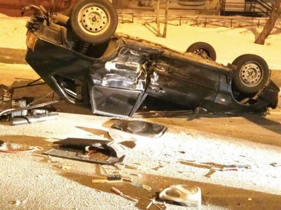 Вцентре Красноярска ВАЗ перевернулся накрышу: пострадали три человека