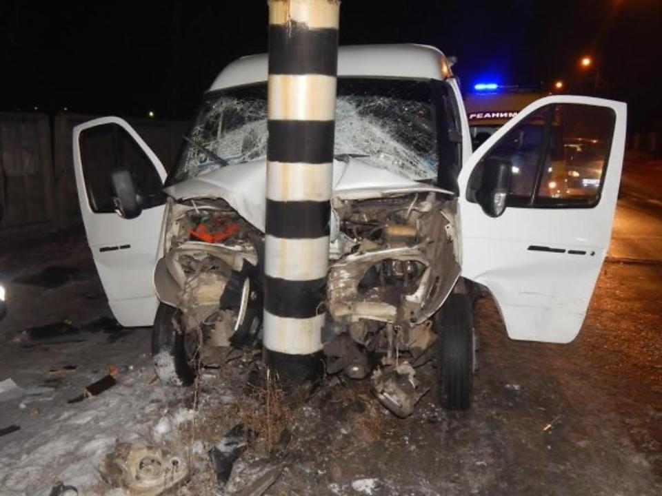ВЧите маршрутка врезалась встолб, пострадали семь человек
