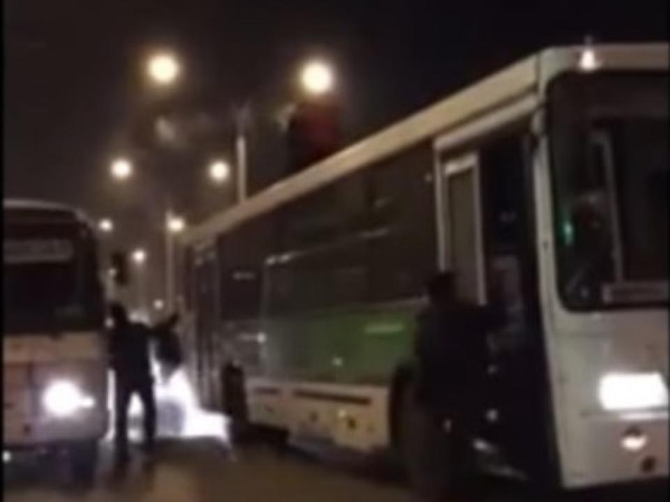 Драка кемеровского таксиста с«зайцем» накрыше автобуса угодила навидео
