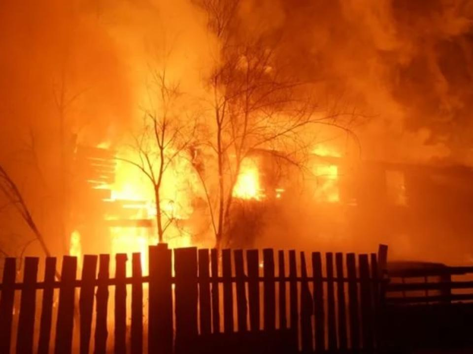Три человека погибли при пожаре впригороде Улан-Удэ