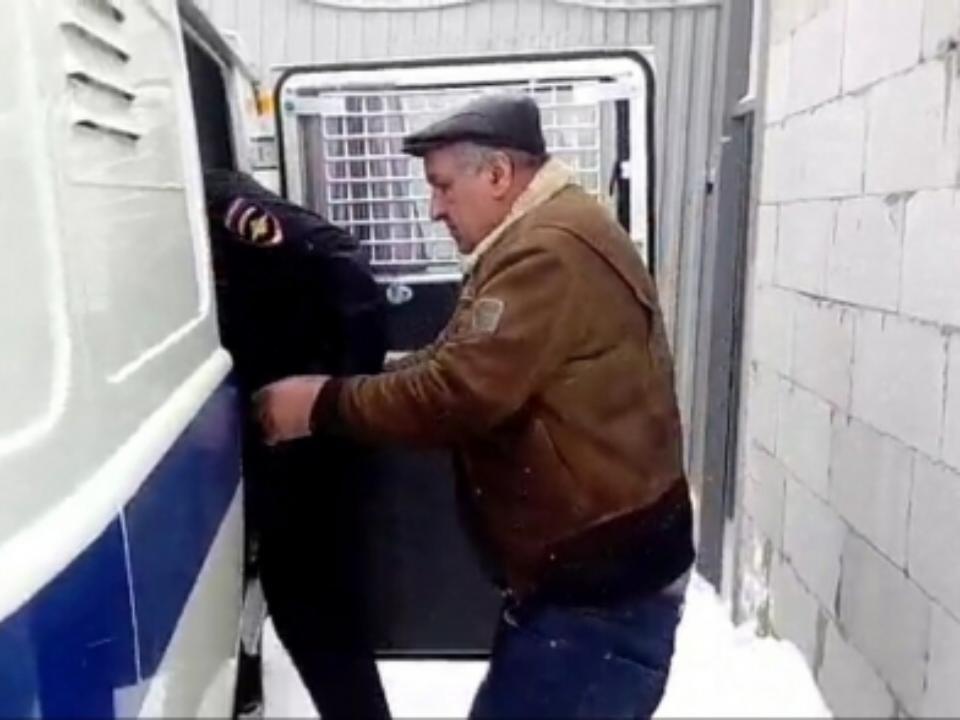 300 тыс. руб. предлагал предприниматель полицейскому вТайшетском районе