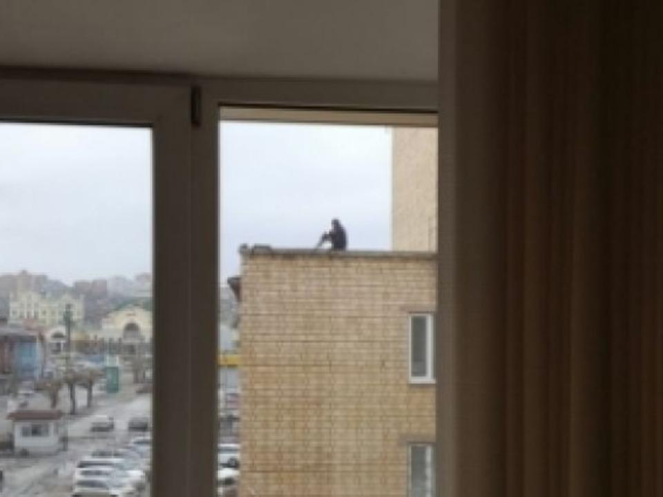 Накрыше вКрасноярске взяли мужчину свинтовкой