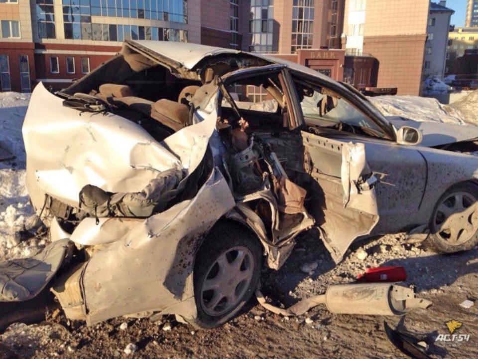 ВНовосибирске Тойота Chaser врезался врекламный щит. госпитализированы вбольницу трое