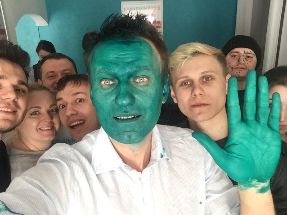 Навального облили зеленкой вБарнауле, куда онприехал наоткрытие штаба