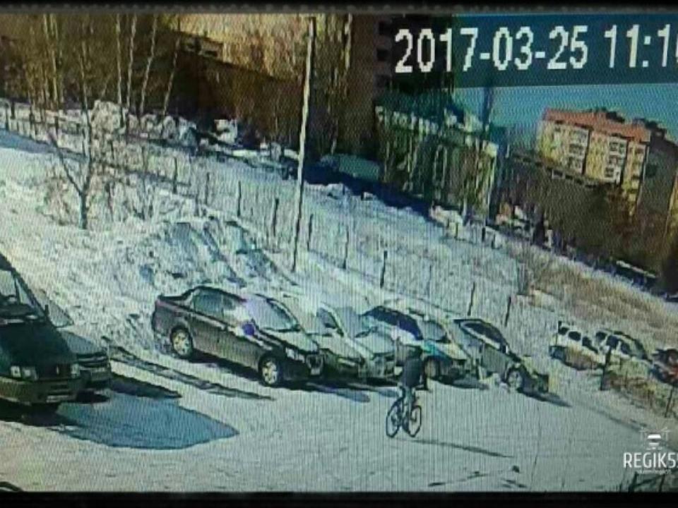 Мужчина навелосипеде поджег Mercedes премиум-класса