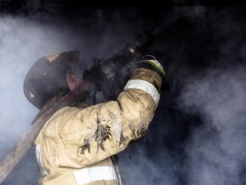 Пожарные спасли троих человек изгорящего общежития вАнгарске