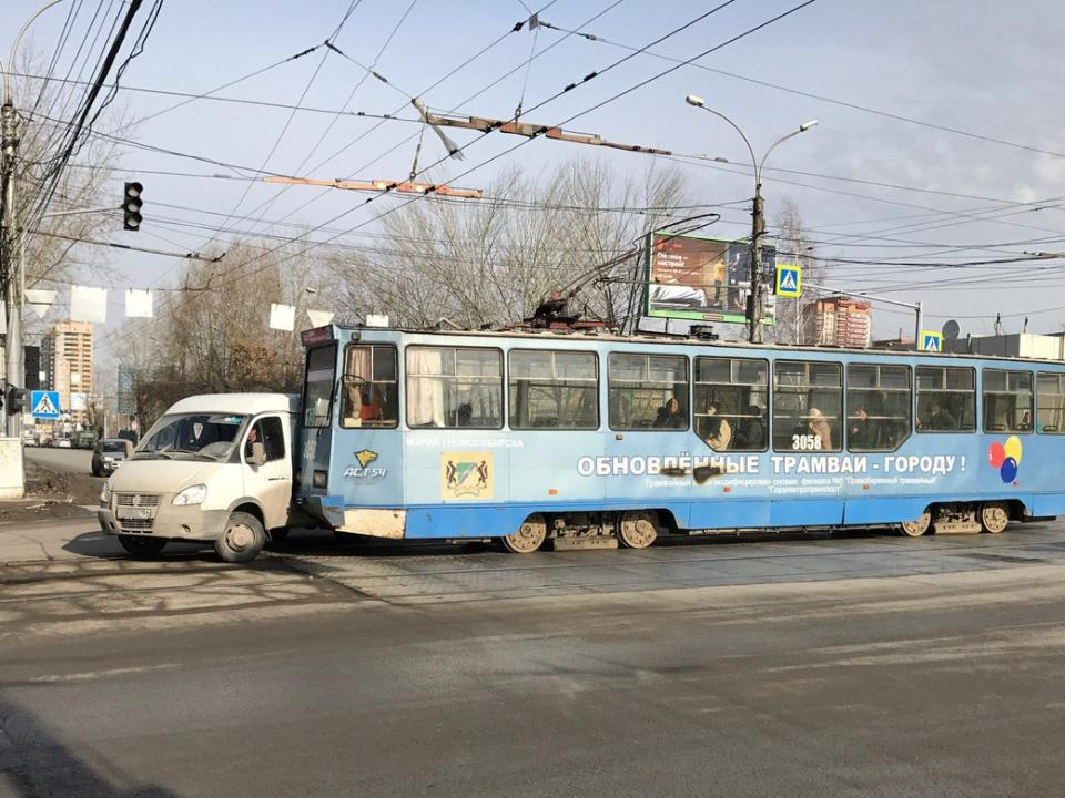 «ГАЗель» выехала нарельсы и угодила под трамвай №13
