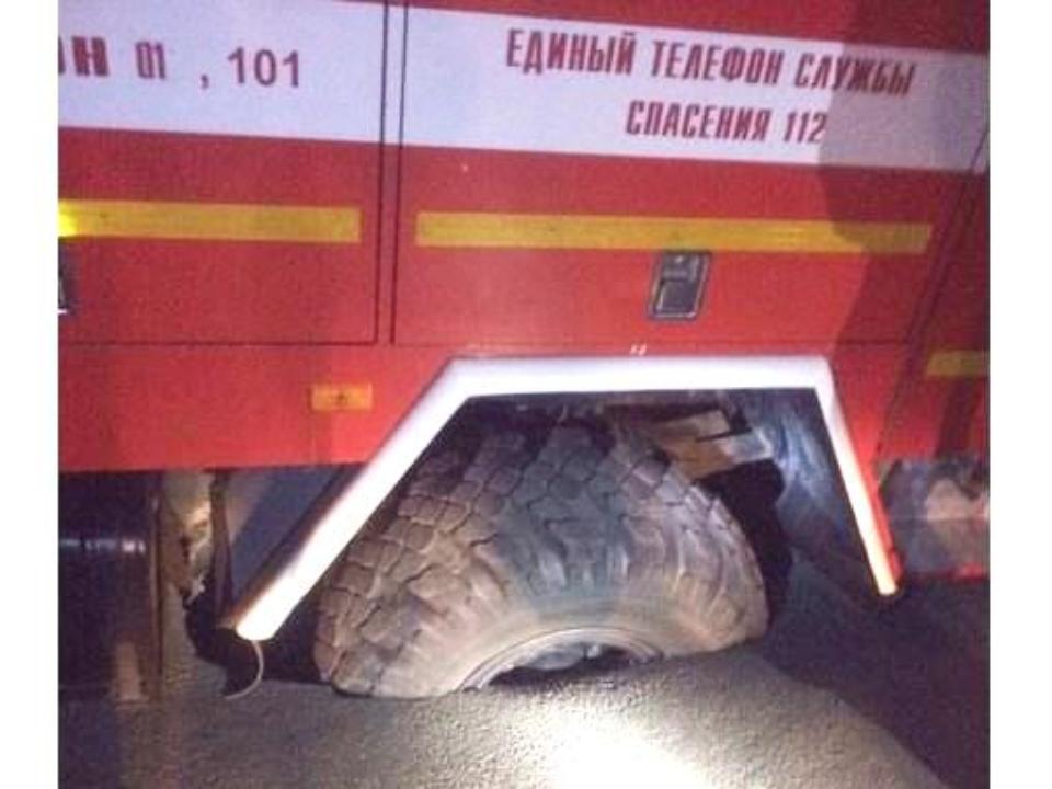 Пожарная машина рухнула под асфальт вИркутске
