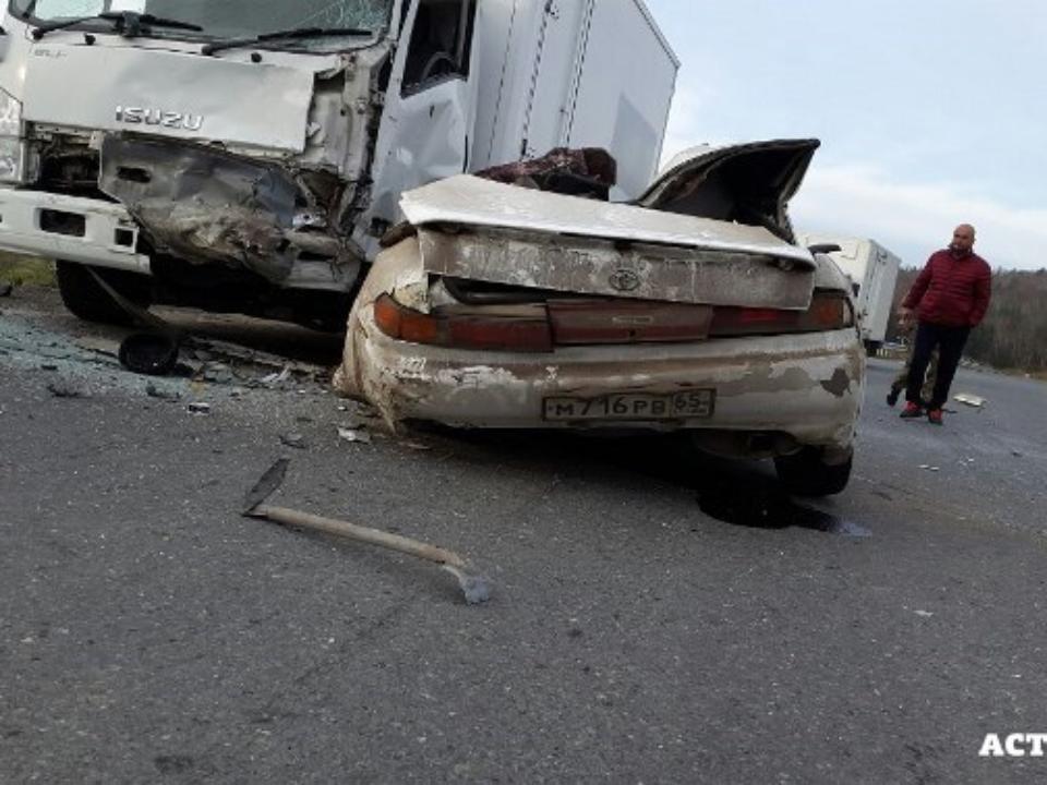 Двое погибли встрашном ДТП слегковушкой и грузовым автомобилем наСахалине
