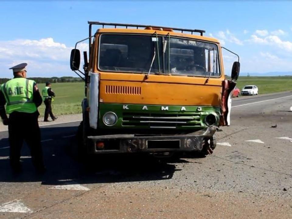 Пассажир и шофёр мотоцикла скончались после столкновения с грузовым автомобилем
