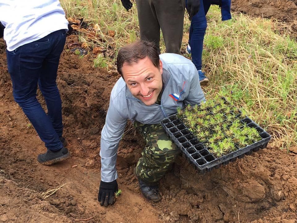 Дмитрий Бердников принял участие вакции попосадке деревьев вИркутске
