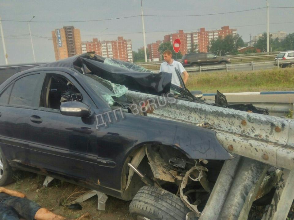 Benz врезался вограждение насъезде сАкадемического моста вИркутске