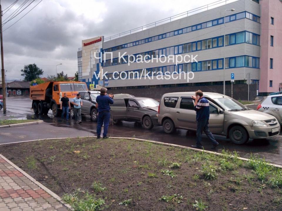 Вцентре Красноярска столкнулись 4  машины