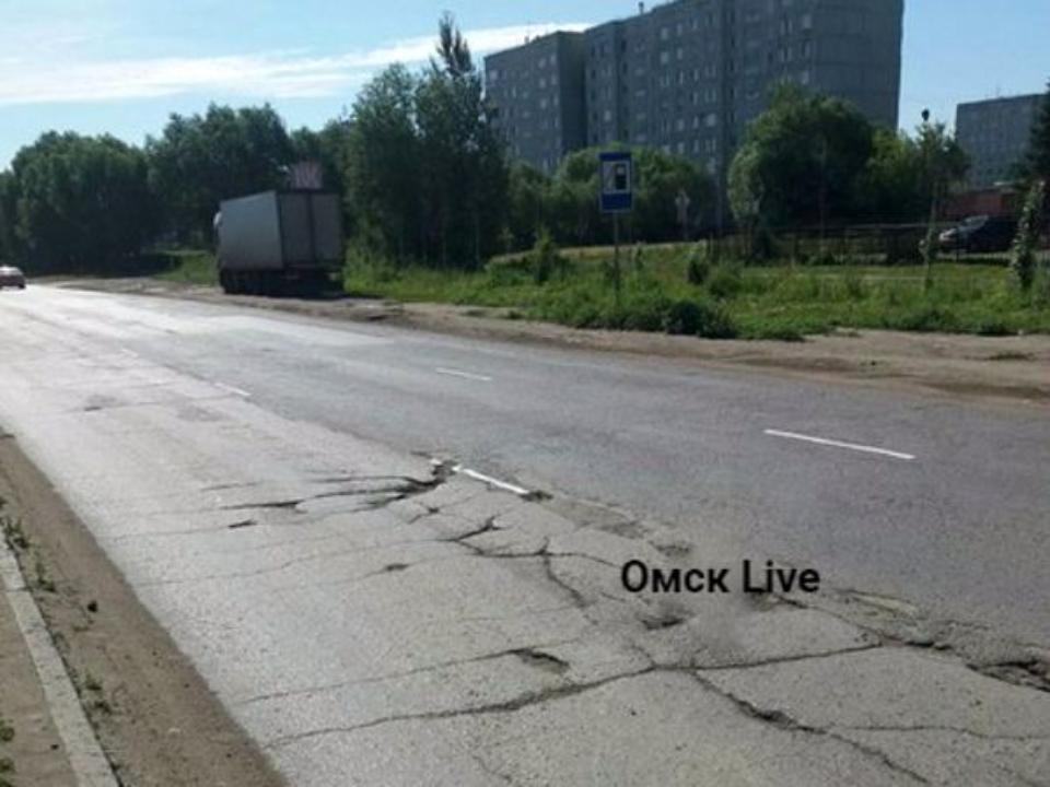 В Омске дорожную разметку нанесли на побитый асфальт и ямы