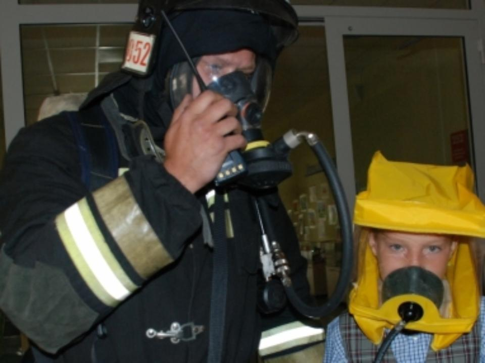 ВКузбассе cотрудники экстренных служб вывели изгорящего дома подростка имужчину