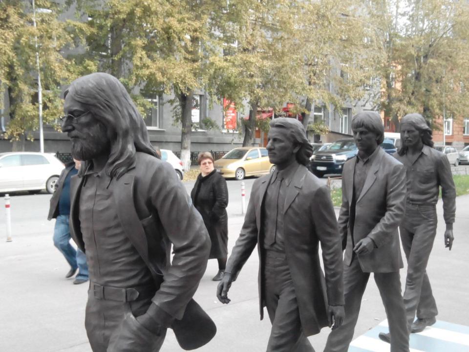 Как наЭбби-Роуд: вцентре Новосибирска возникла скульптура с«Битлз»
