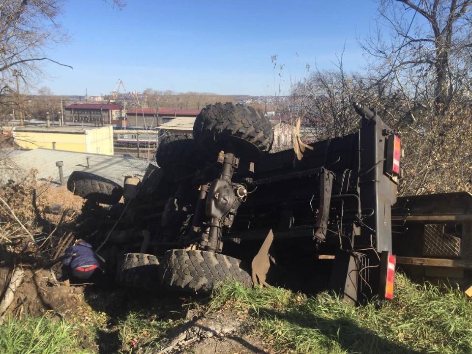 Автокран перевернулся уГлазковского моста вИркутске