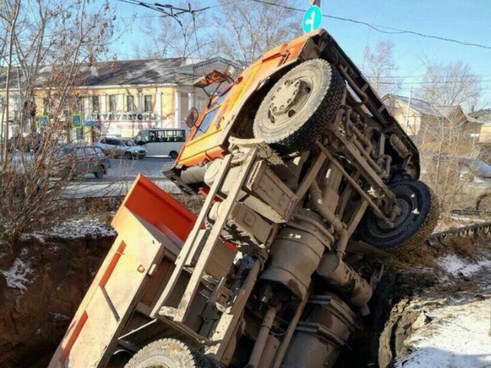 ВРубцовске грузовой автомобиль «КамАЗ» провалился под землю