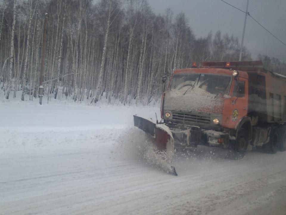 169 машин убирают снег натрассах Иркутской области
