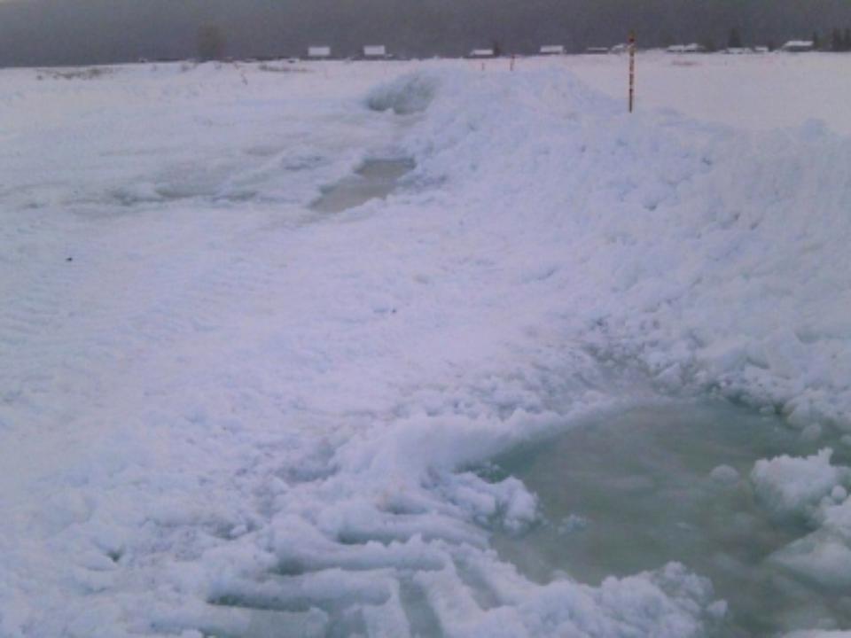 Переправу нареке Лене вКиренском районе закрыли из-за сквозных трещин льда