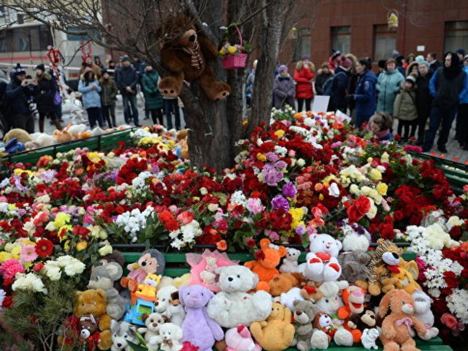 Путин возложил букет роз кстихийному мемориалу вКемерове