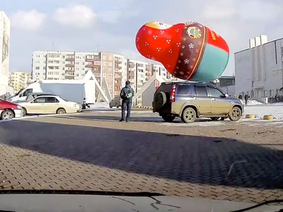 Полет колоссальной  матрёшки зафиксировал автомобильный видеорегистратор  вБратске