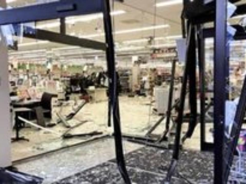 ВЯпонии автомобиль врезался всупермаркет