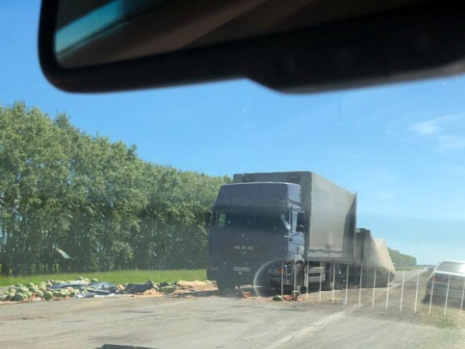 Дорогу завалило арбузами после ДТП вНовосибирской области
