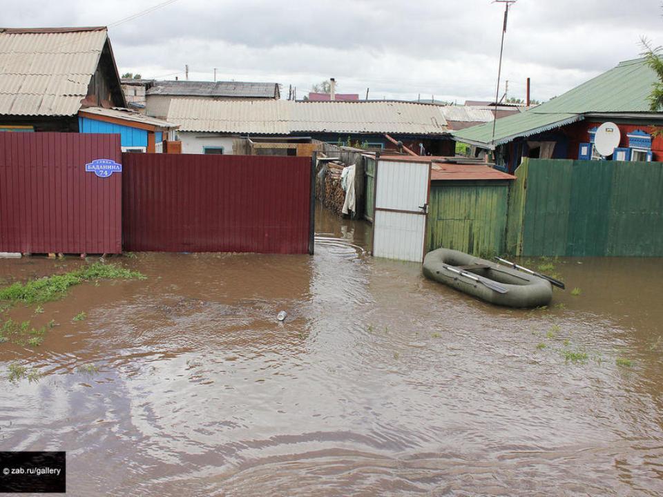Cотрудники экстренных служб разгребают завалы ивосстанавливают здания— Паводок вЗабайкалье