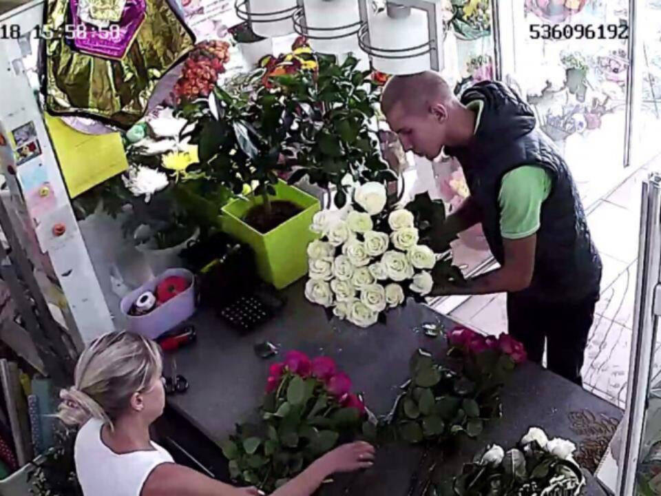 e7665868 В Иркутске ищут грабителей, умыкнувших букет цветов в центре города